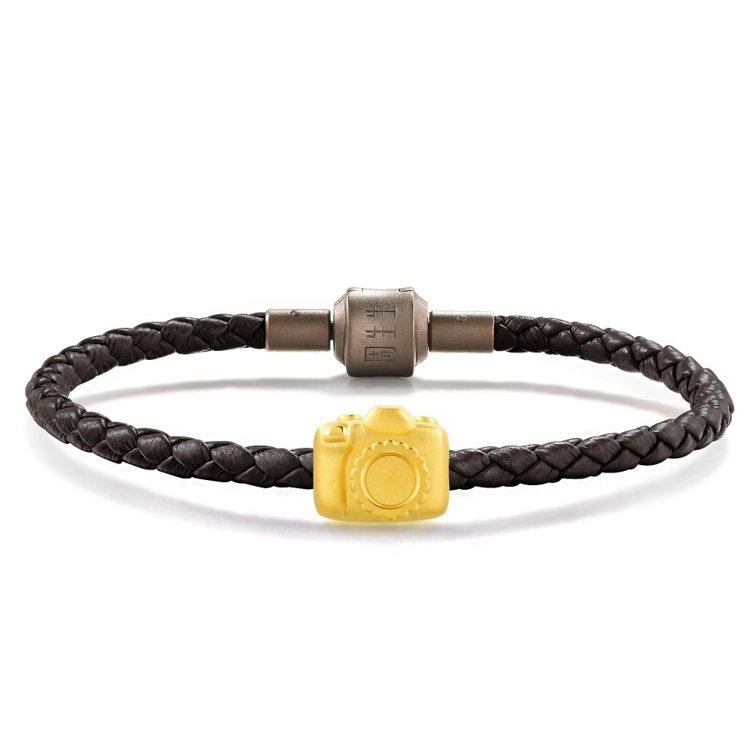 點睛品Charme「童話系列」足金相機串飾配皮繩,10,500元。圖/點睛品提供