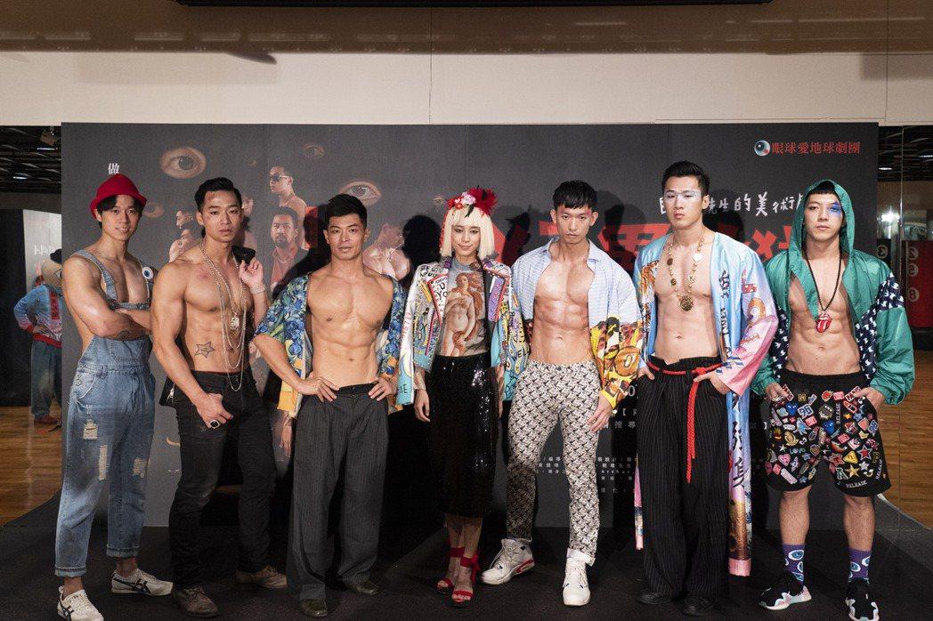 温貞菱在舞台劇「猛男地獄」中被6名健壯的健身教練包圍,害羞到只能看地上。圖/眼球...