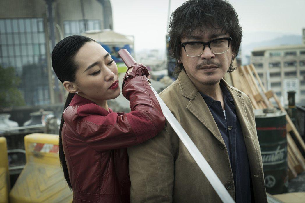 王識賢(右)、吳可熙演出「獵夢特工」。圖/HBO Asia提供