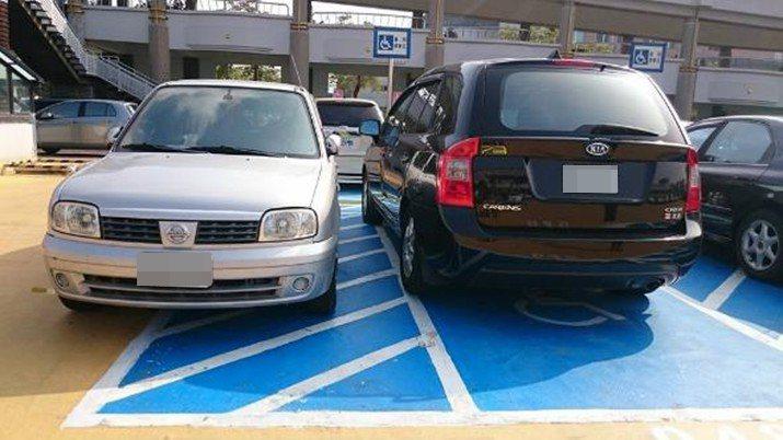 一般汽車(左)停放在無障礙停車格旁的斜白線區域,恐讓乘坐輪椅的身障族無法順利靠近車門。圖/林昭坤提供
