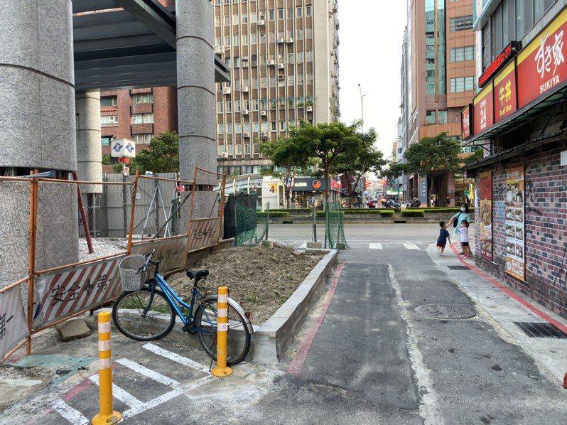 台北捷運信義安和站聯開案,市府解除建商開闢信義路4段239巷引發爭議,還引爆市長柯文哲和綠營之間互槓。記者楊正海/攝影