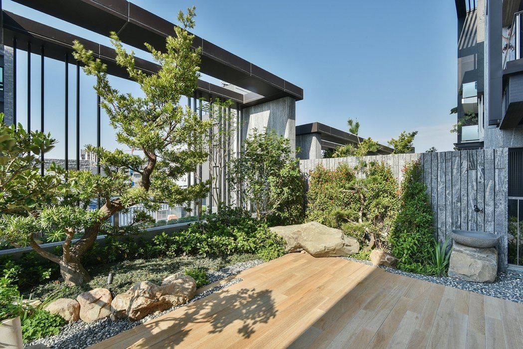 此案設置南北向節氣窗,並規劃跳島大露台與陽台巧妙綠化,是一棟會呼吸的山水養生墅。...