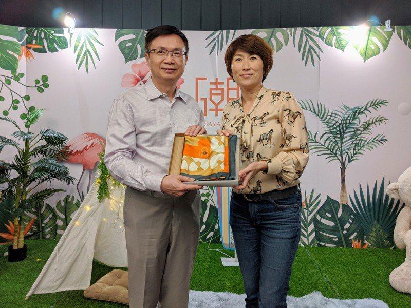 外貿協會董事長黃志芳(左)拜會台東縣長饒慶鈴。貿協/提供
