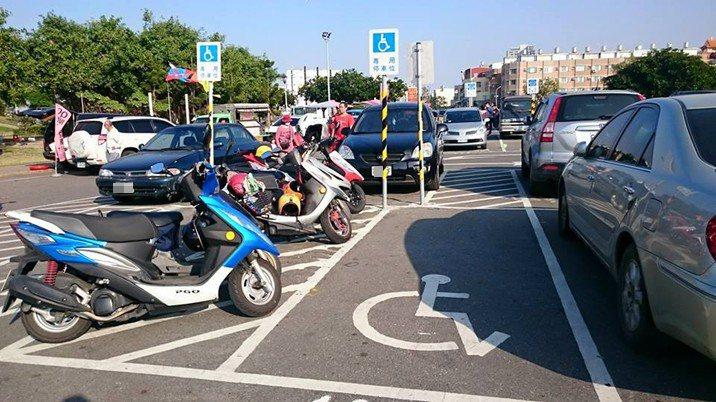 台南市無障礙協會理事長林昭坤指出,許多機車族誤以為無障礙停車格旁的斜白線區域是機...