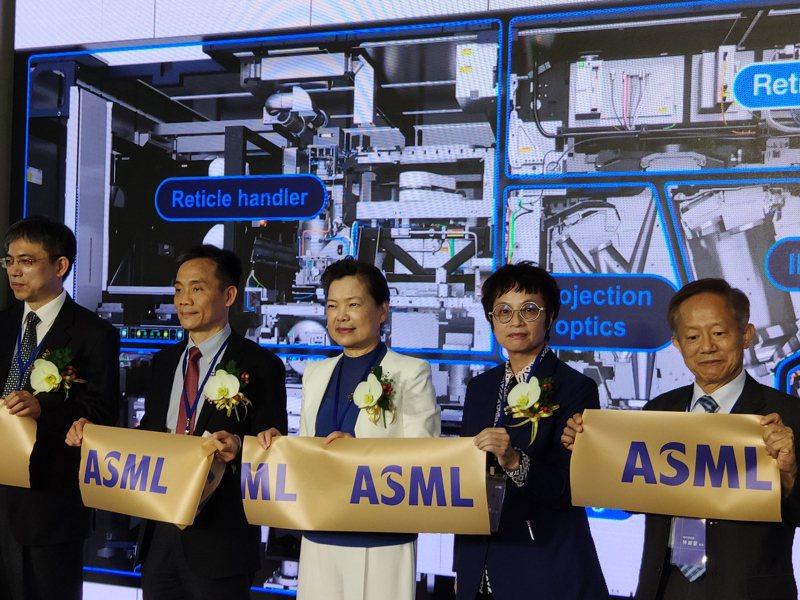 ASML南科設EUV全球技術培訓中心,經濟部長王美花(左三)及台南市副市長趙卿惠(右二)等人昨天出席開幕式。 記者謝進盛/攝影