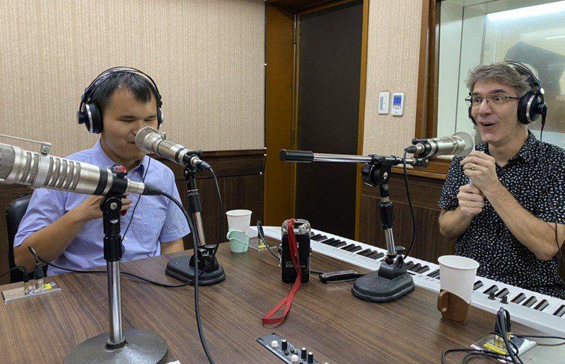 美籍音樂教授范德騰(右)和天才鋼琴家許哲誠(左),節目自備刮鬍刀及電動牙刷,表演自創曲「浴室好朋友」。圖/正聲廣播提供