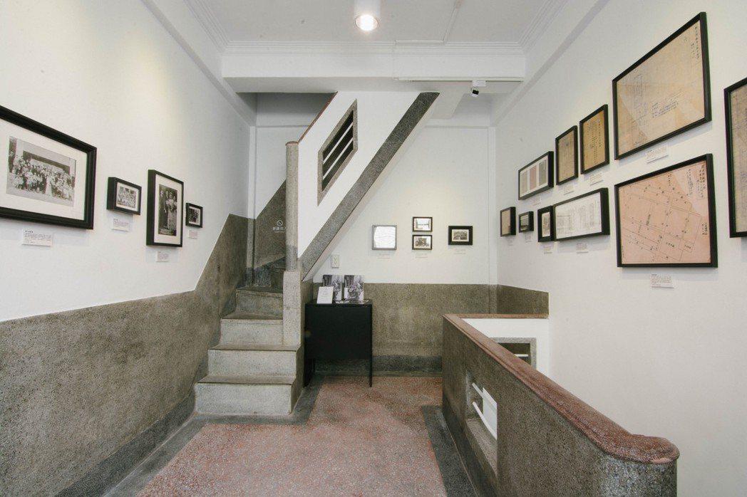 60年老屋保留了磨石子,上樓看展可體驗非常陡峭的樓梯。三樓空間用於展覽。此為今年...