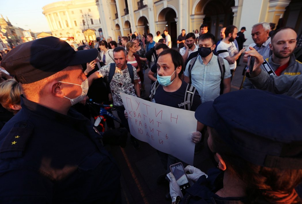 「普丁別再讀殺人!」20日,在聖彼得堡的納爾瓦尼聲援者,手舉標牌指控納爾瓦尼案又...