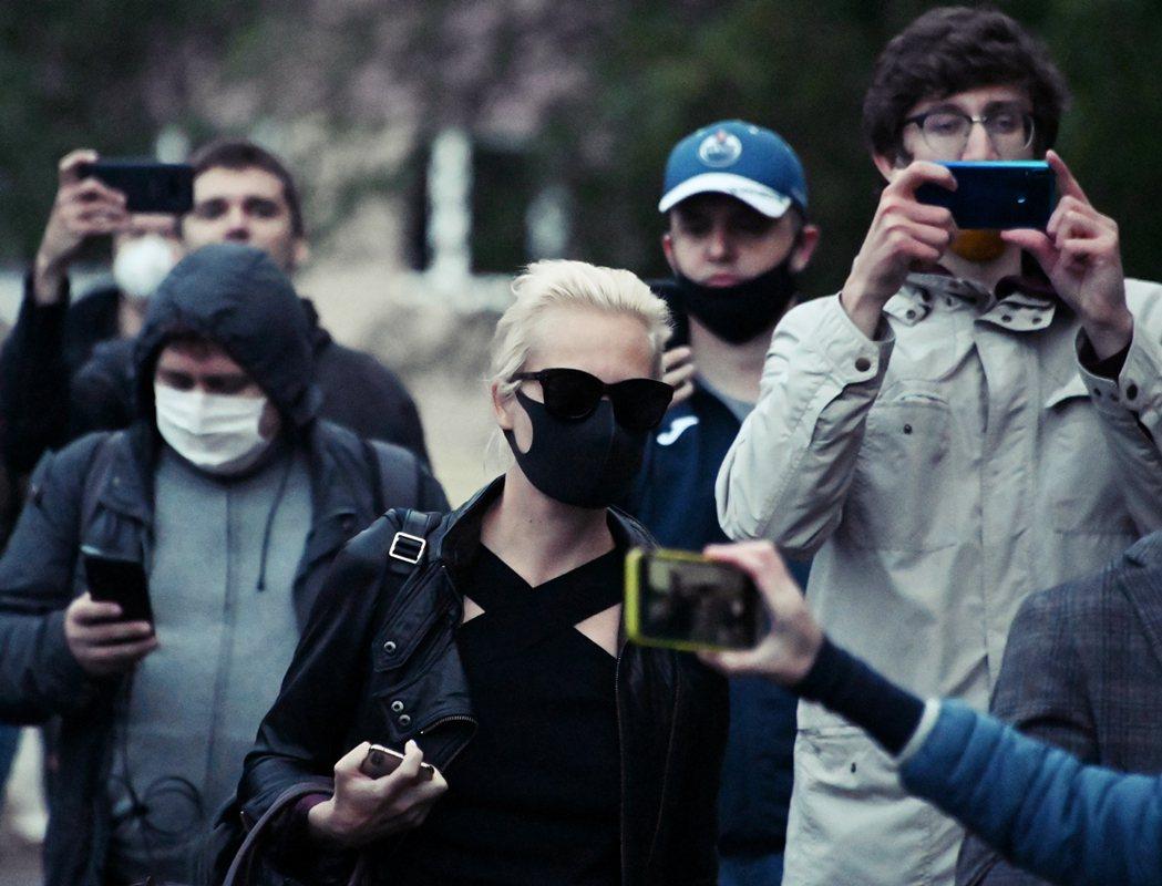 納瓦爾尼的太太尤利雅(Yulia Navalnaya)連忙從莫斯科飛來探病,遭到...