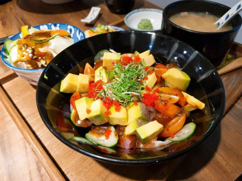 酪梨料理方法眾多,也可搭配生魚片一起食用。 圖/陳睿中 攝影
