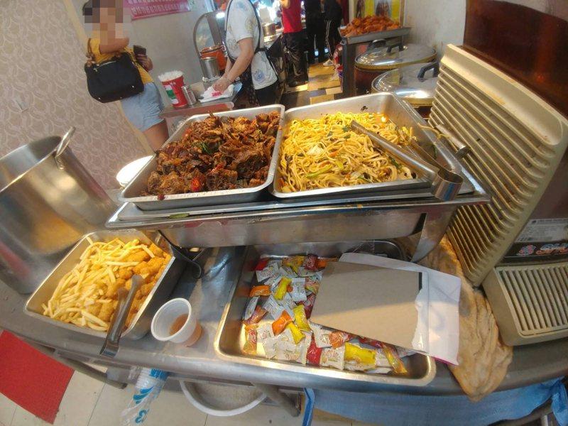 燒臘便當店提供免費吃到飽的附餐,網友讚老闆超佛心。圖擷自爆發公社公開版