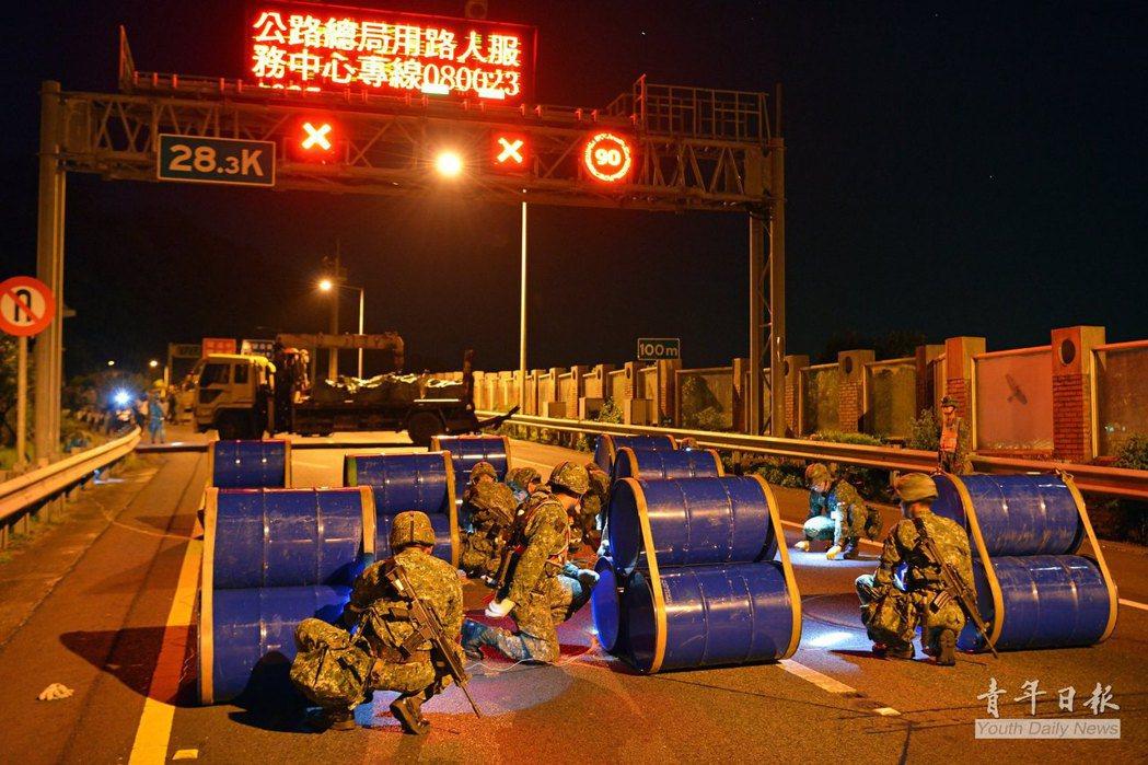 蘭陽地區指揮部執行漢光演習的雪山隧道封阻作業。 圖/青年日報