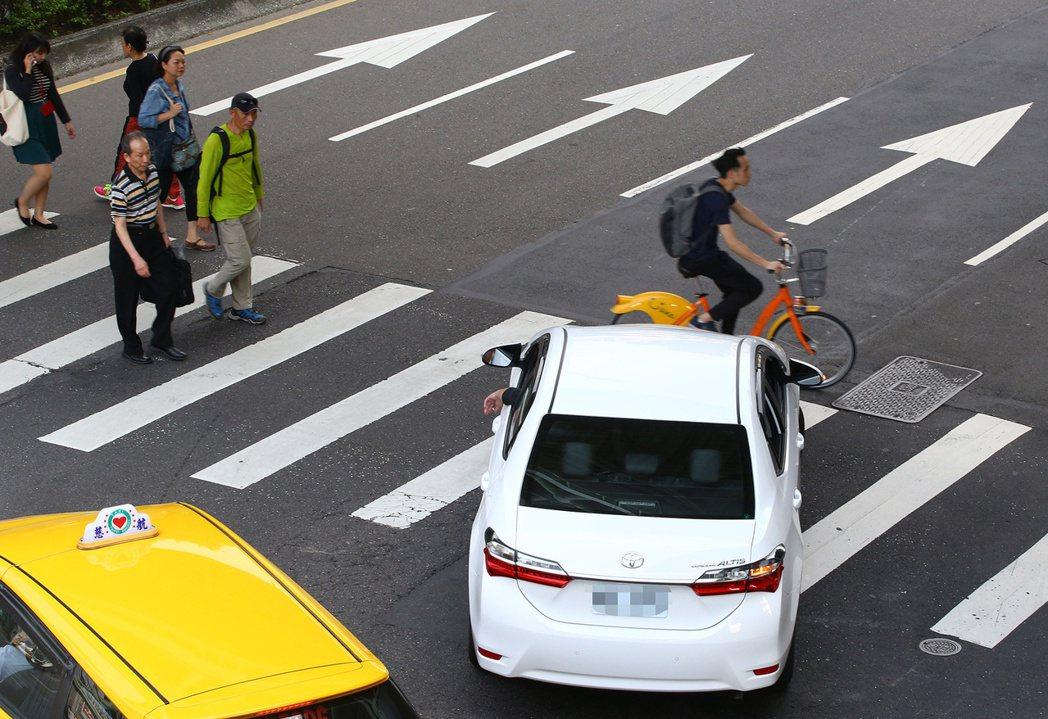 交通部內部近期將拍板,針對車輛在路口未停讓行人的規定,將適用範圍從行人穿越道擴大...