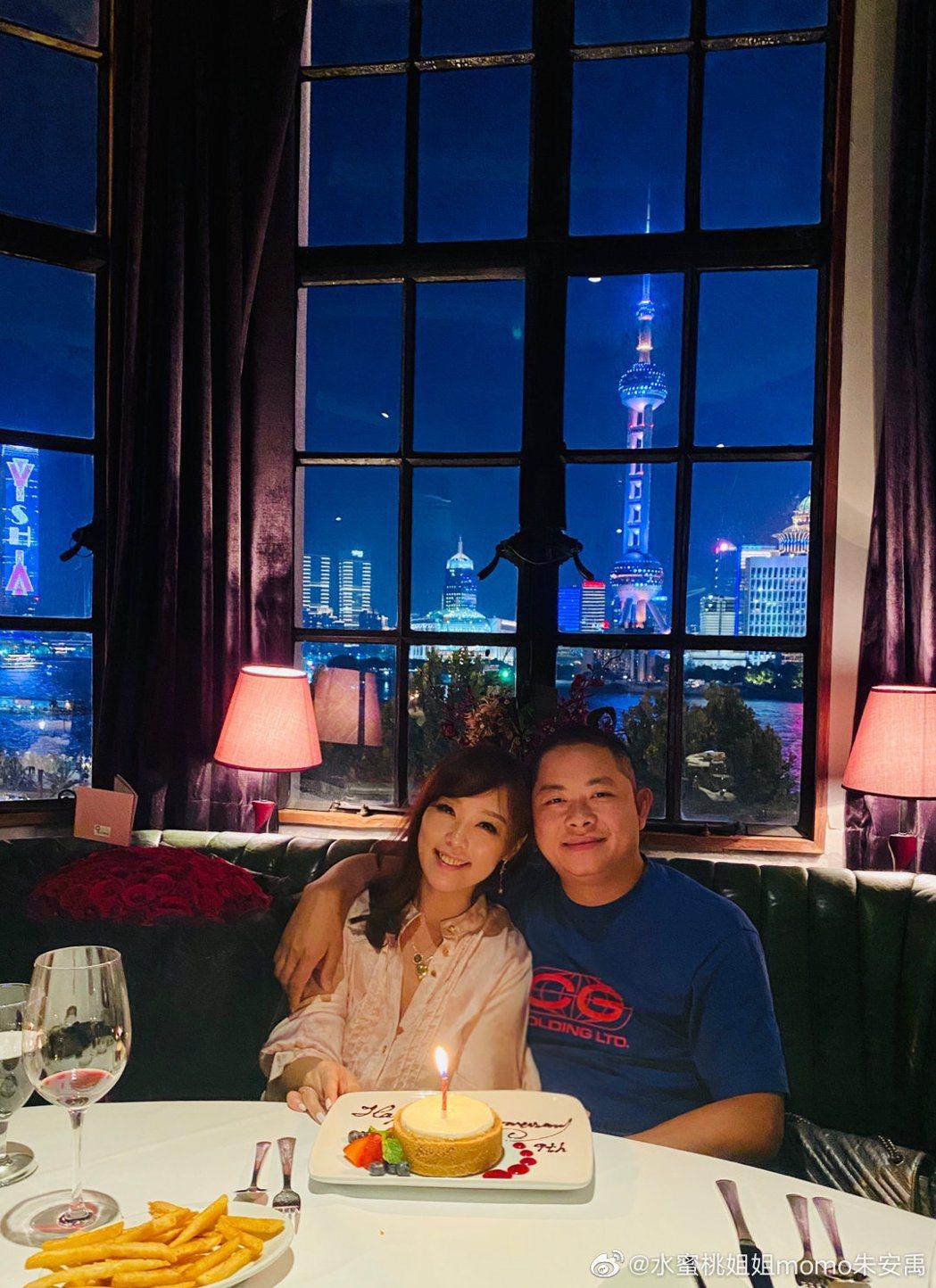 小蜜桃姐姐9年前閃嫁大陸,20日正逢她的「柳婚」之日。圖/擷自微博