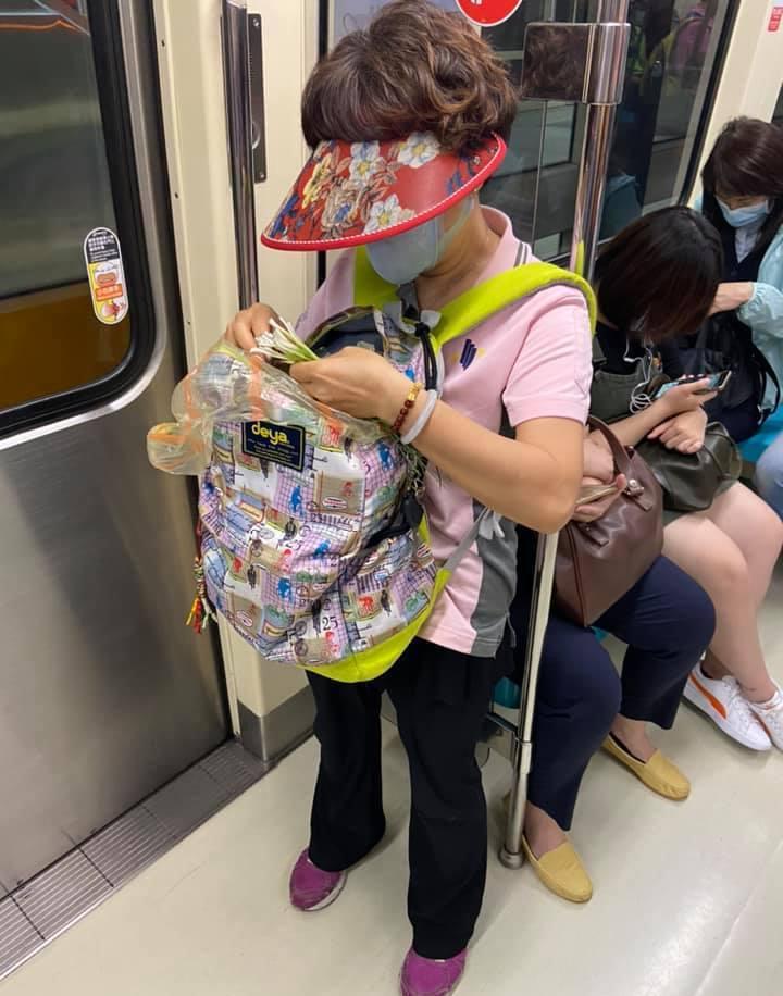 婦人在捷運車廂挑韭菜,網友大讚「時間管理大師」。圖擷自facebook