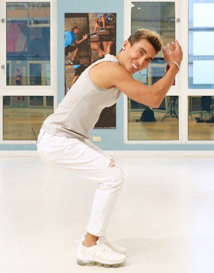 潘若迪示範單腳往後踩,再雙手抱頭收合動作,1個動作,讓5個部位(胸、肚子、大腿、...