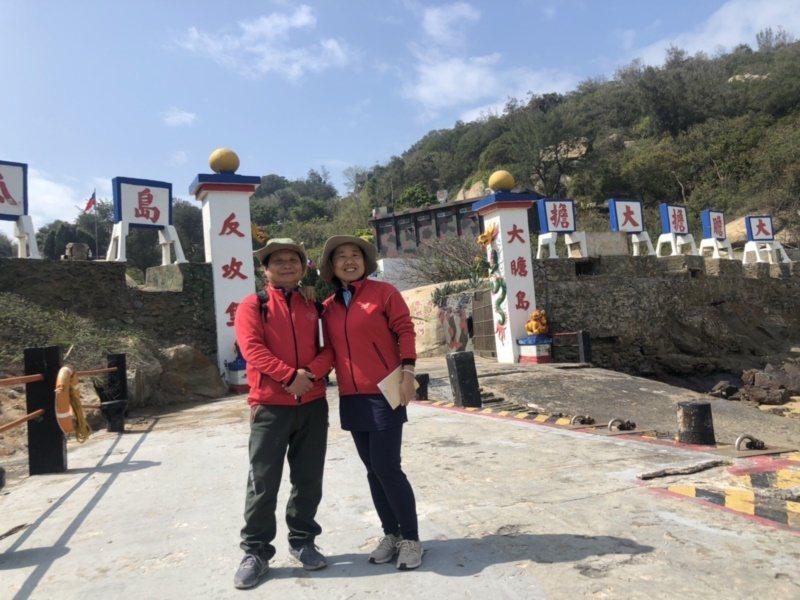 金門退休教官蕭鳳玉(右)與同為教官的夫婿陳志發(左)兩人退休後,就轉入觀光業擔任...