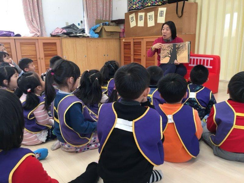 金門高中教官蕭鳳玉退休後,除了擔任解說員,閒暇之餘,還會深入校園為孩子講故事,深...