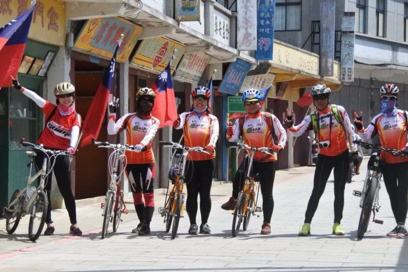 金門退休教官蕭鳳玉(左三)與夫婿陳志發(右三)兩人又會騎單車,又會解說,成為單車...