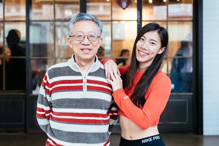 知名理財作家施昇輝(左)與女兒珍珍(右)一起健身,父女感情更好。 攝影/陳軍杉