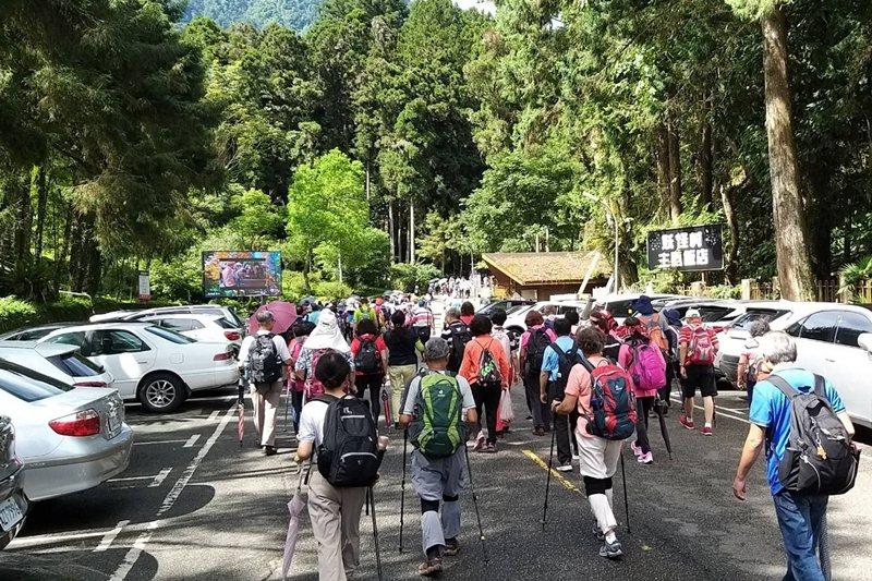 疫情扼殺了出國旅遊的選項,加上暑假旺季,使得前往山林的遊客暴增。 圖/聯合報系資料照