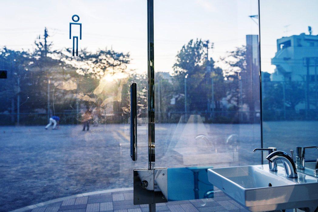 透明公廁只有正常通電時才會是透明狀態,停電則會自動切回不透明。 圖/法新社