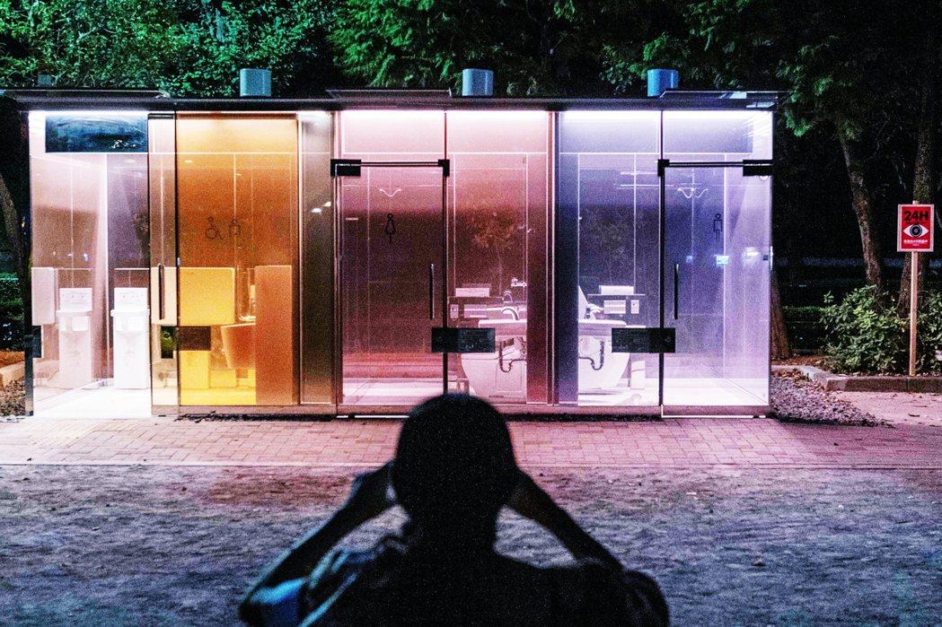 日本東京澀谷的公園,8月初設置了全透明公廁,只有在使用者進入使用並上鎖時,特殊玻...