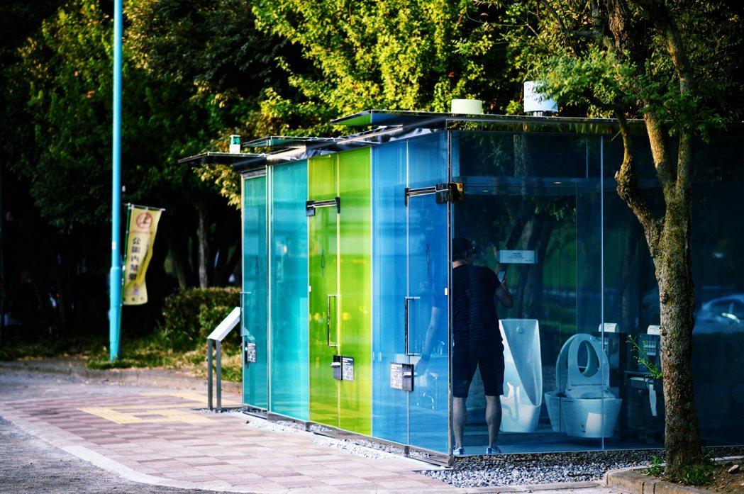 透明廁所設置於東京澀谷的代代木深町小公園,為國際知名的建築設計師坂茂的作品。 圖...
