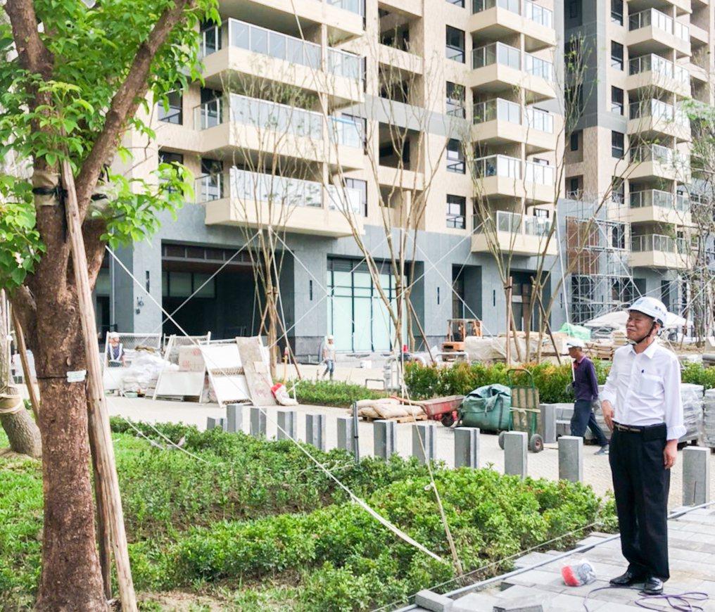 富邦建設總經理宋良政(右)專程到鳳山「富邦大無疆」中庭,看看大樹長得好不好。 攝...