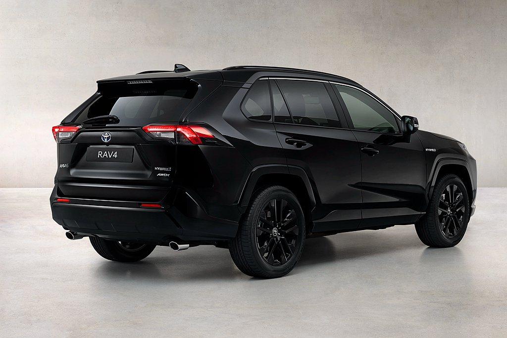 後視鏡外蓋、車頂行李箱架、車頂尾翼等全數採用黑色塗裝之外,輪框也換上黑色19吋樣...