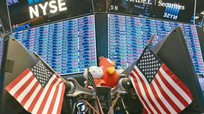 隨著投資人爭相湧入指數股票型基金(ETF),投資專家擔心這種商品可能形成下一個泡...