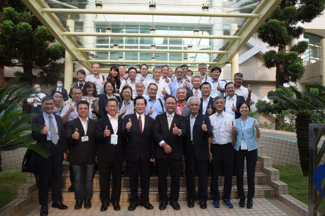塑膠原料公會參訪塑膠中心合影,前排代表為蔡明忠董事長(左四)、原料公會林健男理事...