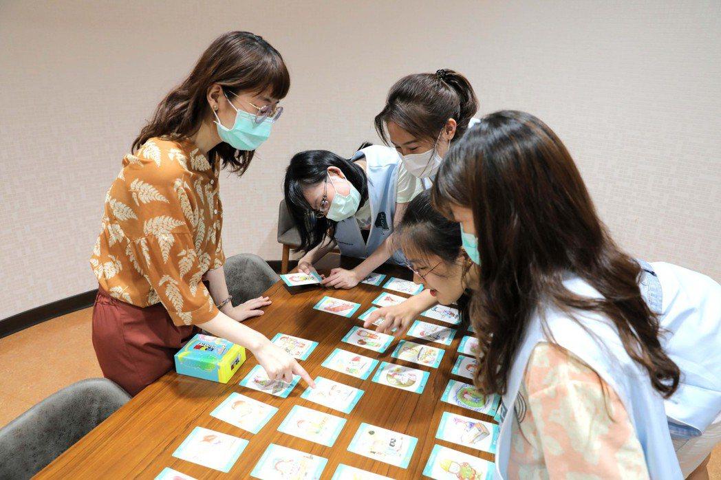 遊戲後由職涯諮詢師帶領青年們進行職涯分析。青年職涯發展中心/提供