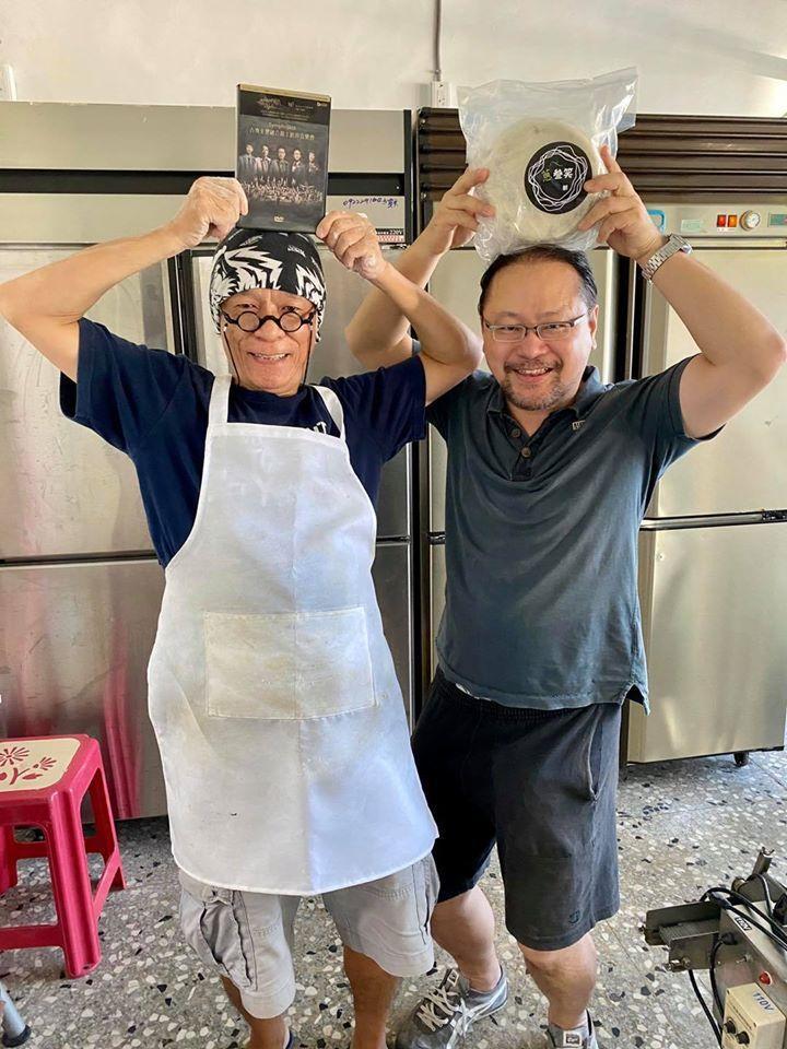 蔥叁笑–專業職人製餅 左為鼓手姜永正老師(豆子老師),右為吉他手許碩欽(黑龟)。...