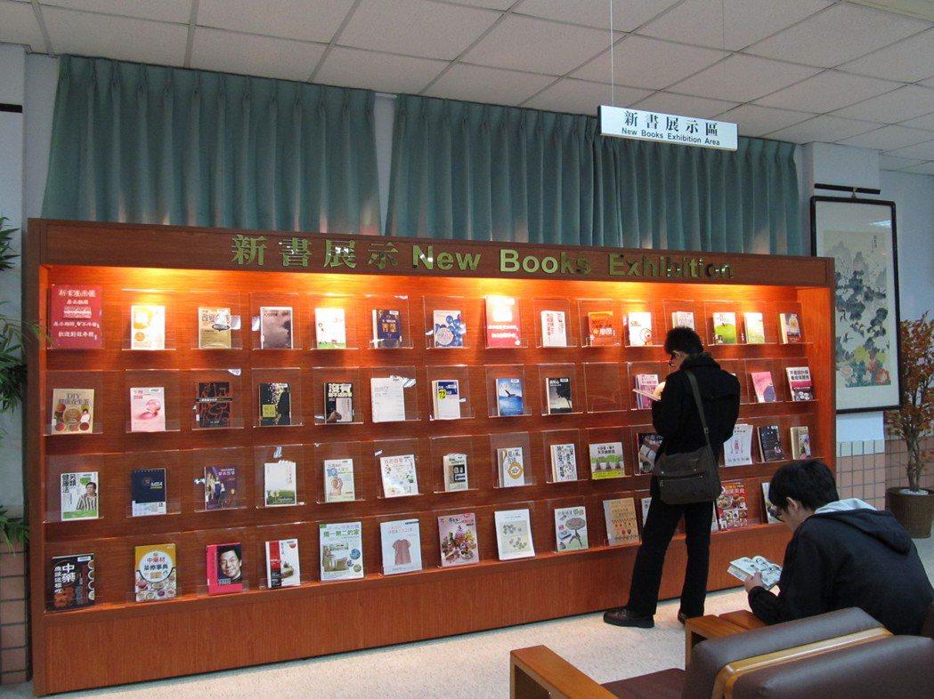 圖書館設有新書展示區。 萬能科大/提供。
