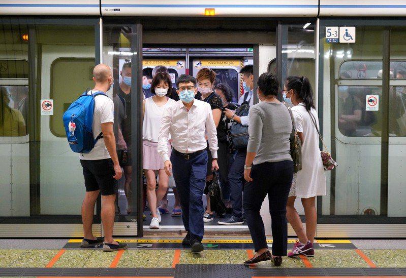 圖為市民搭乘港鐵,非當事人。 中新社