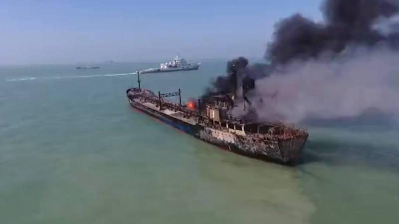 長江口砂石油輪兩船相撞,江面如火海。圖/影片截圖