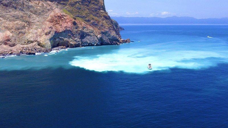 宜蘭龜山島藍色牛奶海今年爆紅,不少民眾乘坐遊艇前往遊玩。 圖/鍾明華提供
