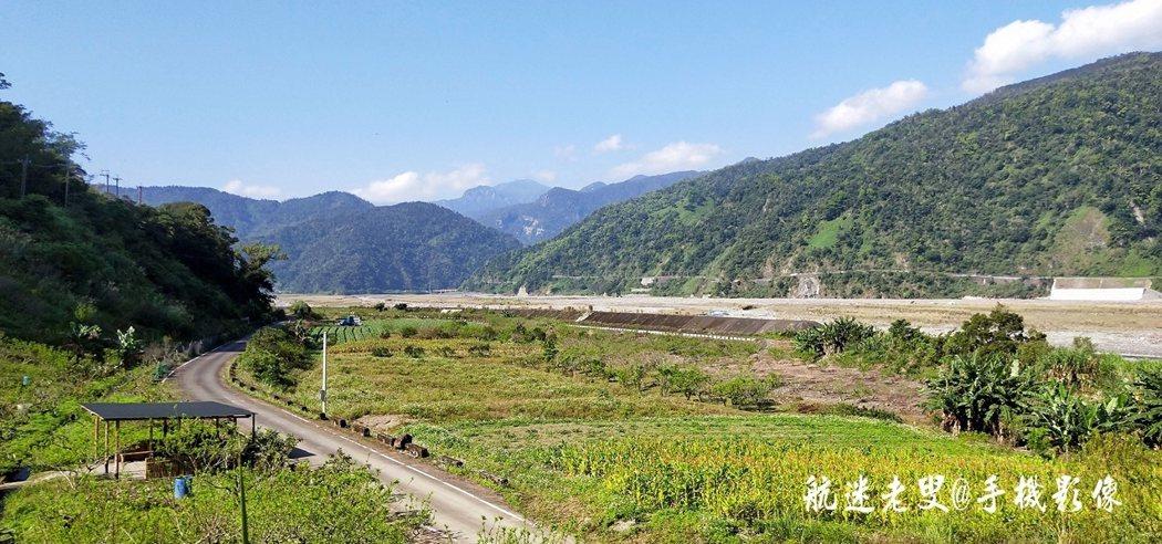 綿延的中央山脈下,寧靜的部落沐浴在陽光,高山與溪谷間Kbaunu樂水部落過著耕種在這片土地上過著快樂的生活,部落可以將河谷景色一覽無遺。