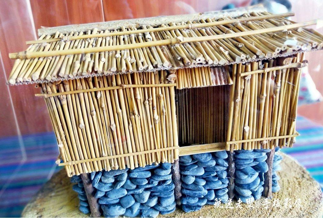高腳穀倉,爲了貯存平日的穀類及食物,穀倉的結構也 反映出泰雅族的建築智慧,架高防潮、防動物,材料則多爲就地取材。