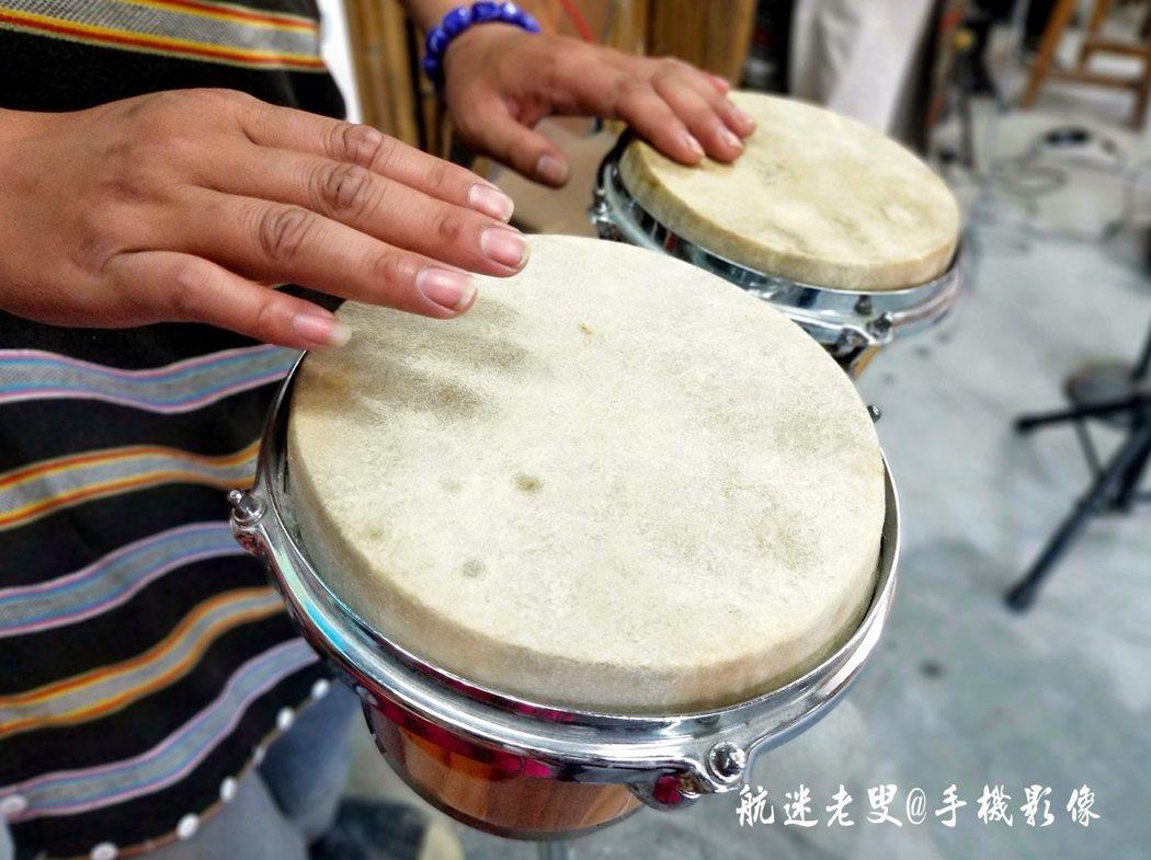 鼓聲咚咚,看似簡單,但隨著音樂節奏也會觸動大伙的心情,也隨著鼓聲擺動身體。