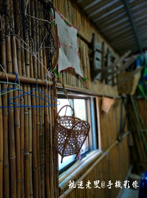 在山林維生,傳統的工藝藤編、竹編爲主,編編好的籃子就是家居中最常見的生活用品,這項工藝運用的很廣。