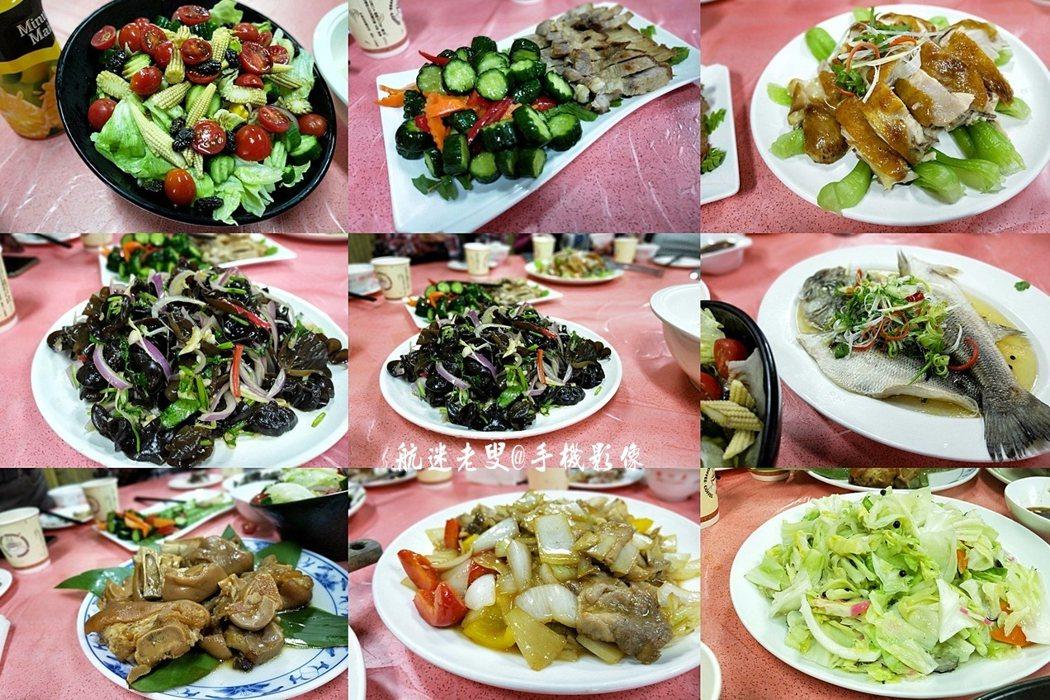 體驗山野求生後吃飯了,木桌上擺好簡單菜餚有些是當天採收的食材,上桌的蔬食都是自產的有機蔬菜,用餐過程中還喝了紅李露。