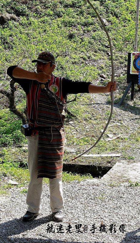 體驗的射箭,每個人舒展身體、用力拉弓,體驗原野武士的英姿。