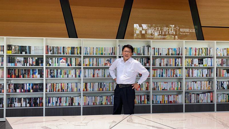 屏東縣立圖書館將在28日重新開館,屏東縣長潘孟安今帶領大家「開箱」,圖書館一樓旁在開館期間有誠品期間限定店。記者劉星君/攝影