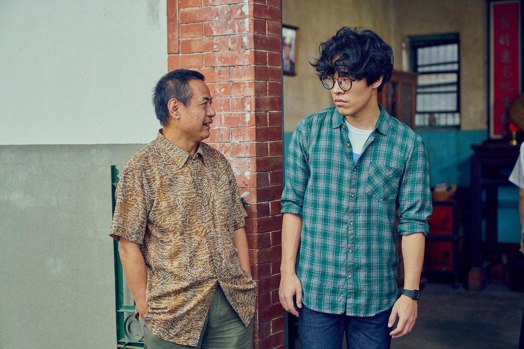 「花甲男孩轉大人」戲中,盧廣仲(右)與蔡振南父子互動非常逗趣。圖/台視提供