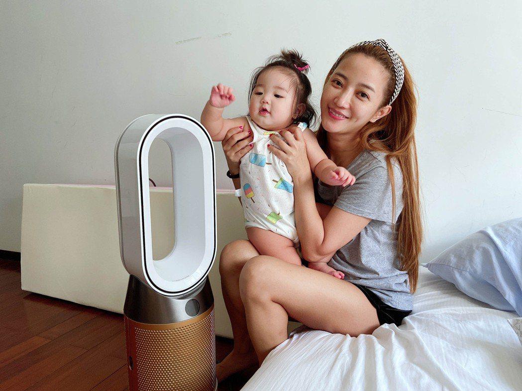 黃美珍(右)的女兒「小星」被誇是「嬰兒界林志玲」。圖/Superfanz提供