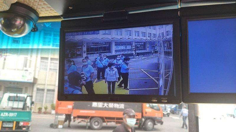 視野輔助系統幫助駕駛人看到視覺死角。圖/屏東監理站提供