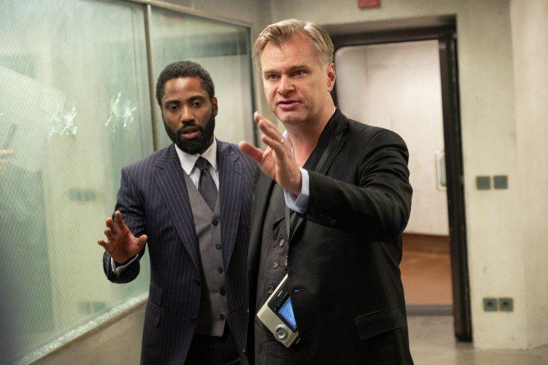 導演克里斯多夫諾蘭(右)、男主角約翰大衛華盛頓。圖/華納兄弟提供