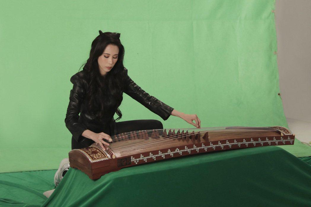 莫文蔚在新歌MV戴上既酷又俏皮的貓耳朵,化身「魅惑貓女」。圖/索尼音樂提供